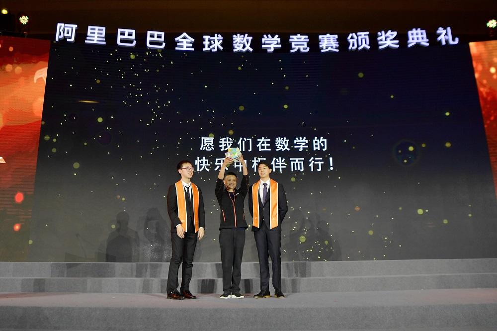 馬雲在頒獎典禮上收到得獎者送贈的60面立體紙球,上面寫滿這批數學家的心聲和故事,可說是一顆「快樂數學能量體」。